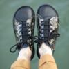 Kép 2/2 - GITA bohemian FEKETE VIRÁGOS kézműves bőr cipő