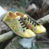 Kép 4/4 - GITA bohemian SÁRGA VIRÁGOS kézműves bőr cipő