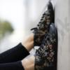 Kép 2/4 - GITA boots FEKETE VIRÁGOS kézműves bőr cipő